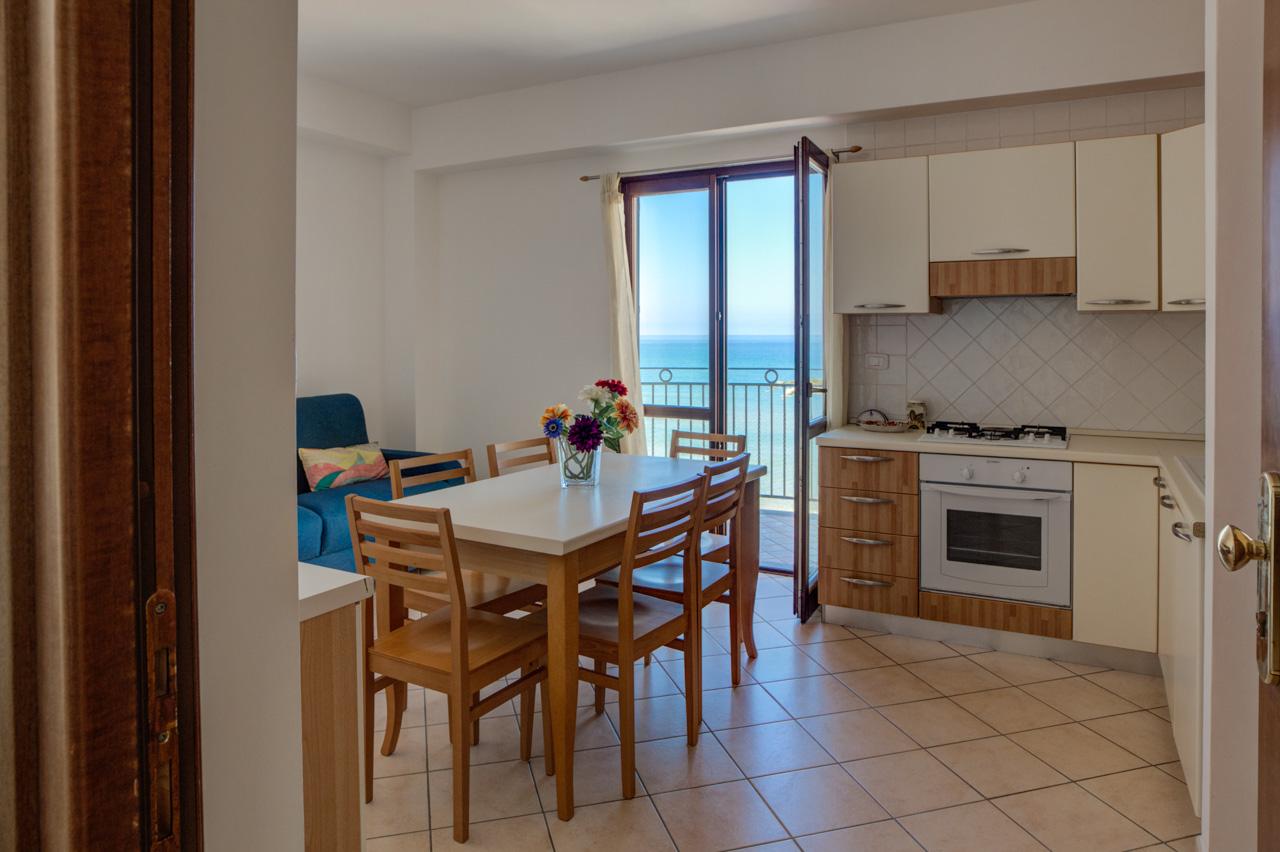 Acciaroli Vacanze - cucina soggiorno vista mare